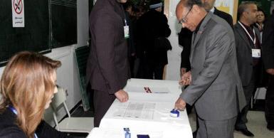 رئيس الدولة المنصف المرزوقي يدلي بصوته الانتخابي