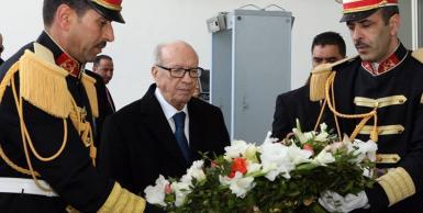 الباجي_قايد_السبسي يضع إكليلا من الزهور أمام مدخل متحف باردو